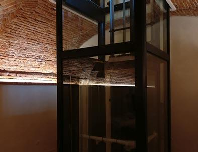 Un ascensore avveniristico con struttura in vetro collega i piani della villa